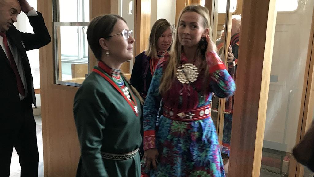 SSR:s ordförande Åsa Larsson Blind, Sáminuorras ordförande Sanna Vannar och artisten Sofia Jannok på väg in i rättssalen.