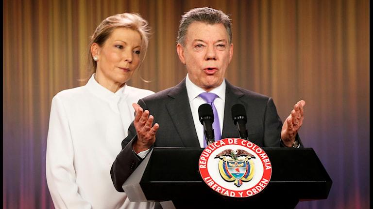 Colombias president och färske fredspristagare Juan Manuel Santos ger bort prispengarna till de som drabbats av landets väpnade konflikt.  Fernando Vergara/AP/TT