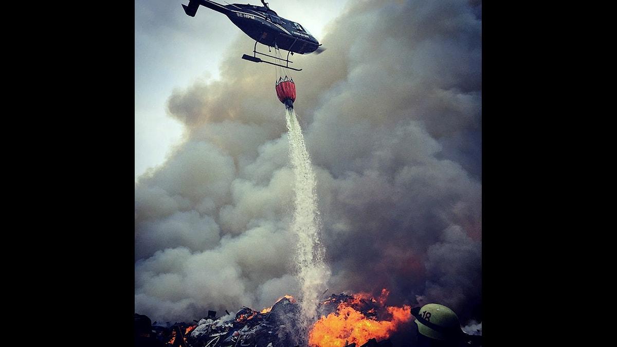 Helikopter används i släckningsarbetet.