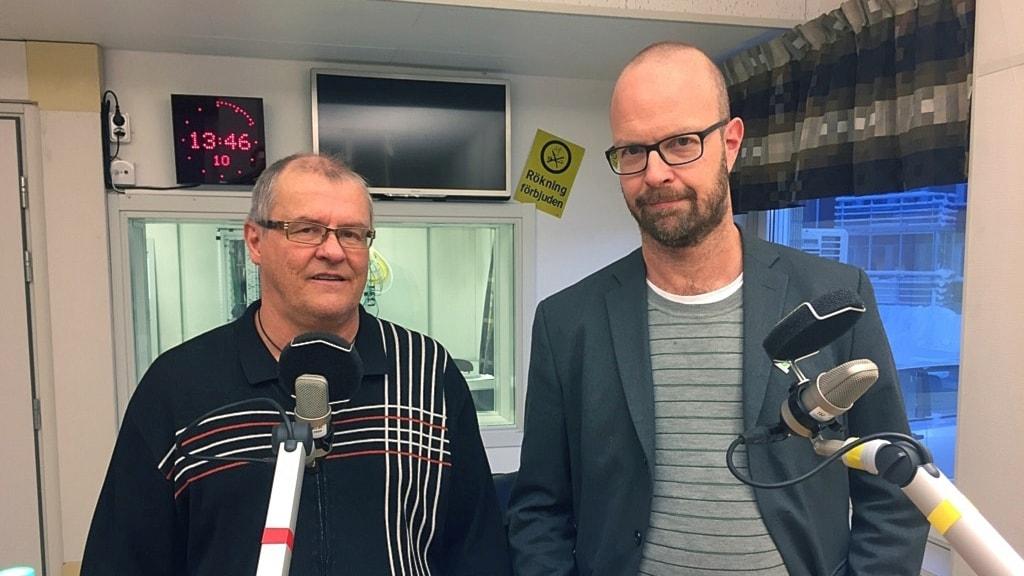 Dan Eriksson (t.v) och Suicide Zeros generalsekreterare Alfred Skogberg