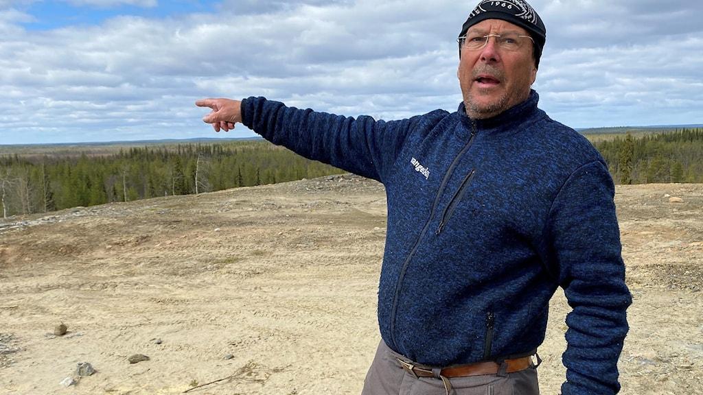 Renskötaren Tomas Sevä, Muonio sameby, visar var Vattenfall planerar 58 vindsnurror som ska förse Kaunisvaaragruvorna med el.