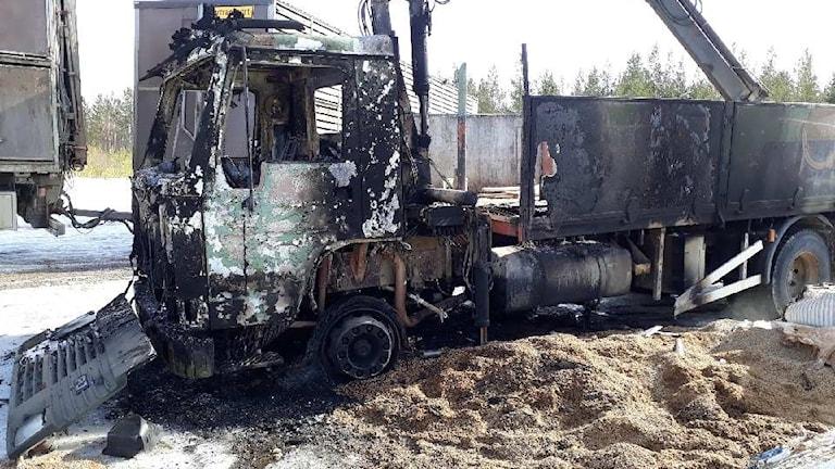 Lastbilen som används i renskötseln brann upp inatt.