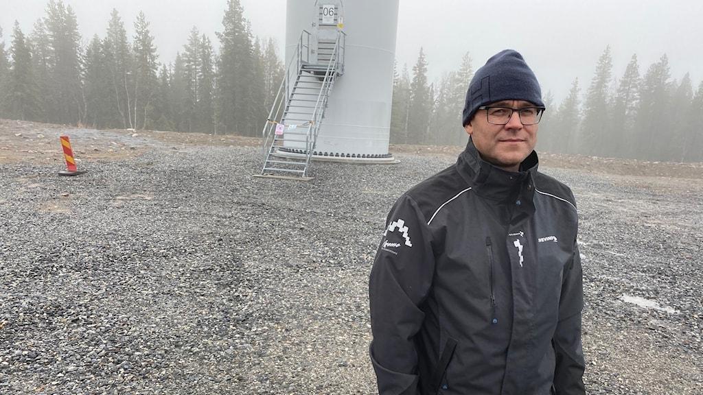 Fredrik Bäcklund, operativ chef Svevind, framför ett vindkraftverk i Markbygden utanför Piteå.