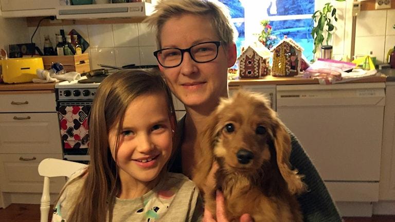 Angelina och Karolina, med hunden Ellen.