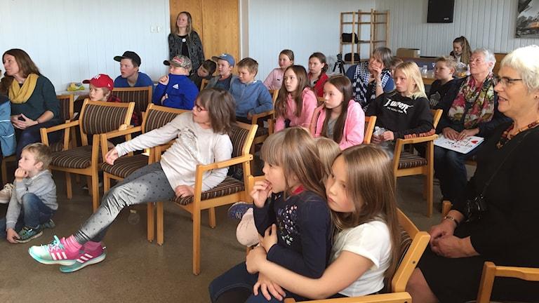 Barn och elever från åarjel-saemien skuvle i Snåsa samlade vid boksläppet. Foto Máret Steinfjell, Sameradion & SVT Sápmi.