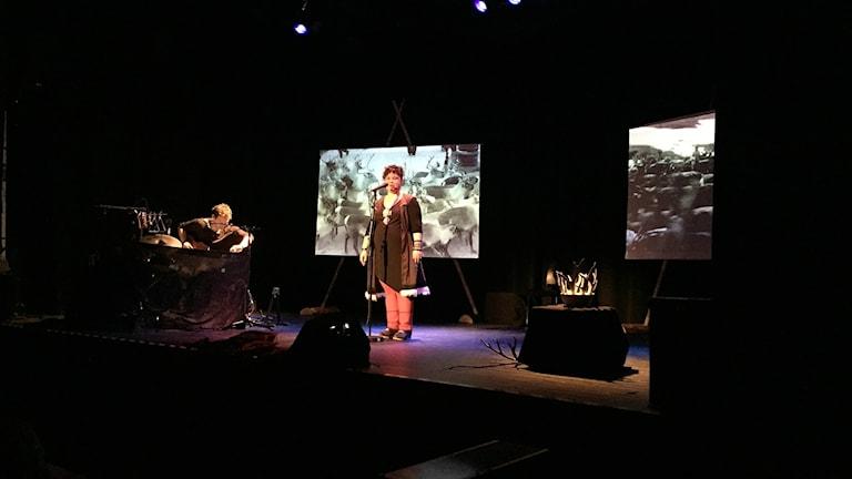 Sara Ajnnak och Fred Endresen på scen i Tråante