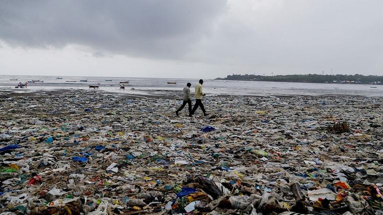 Strand i Bombay nedskräpad av plast