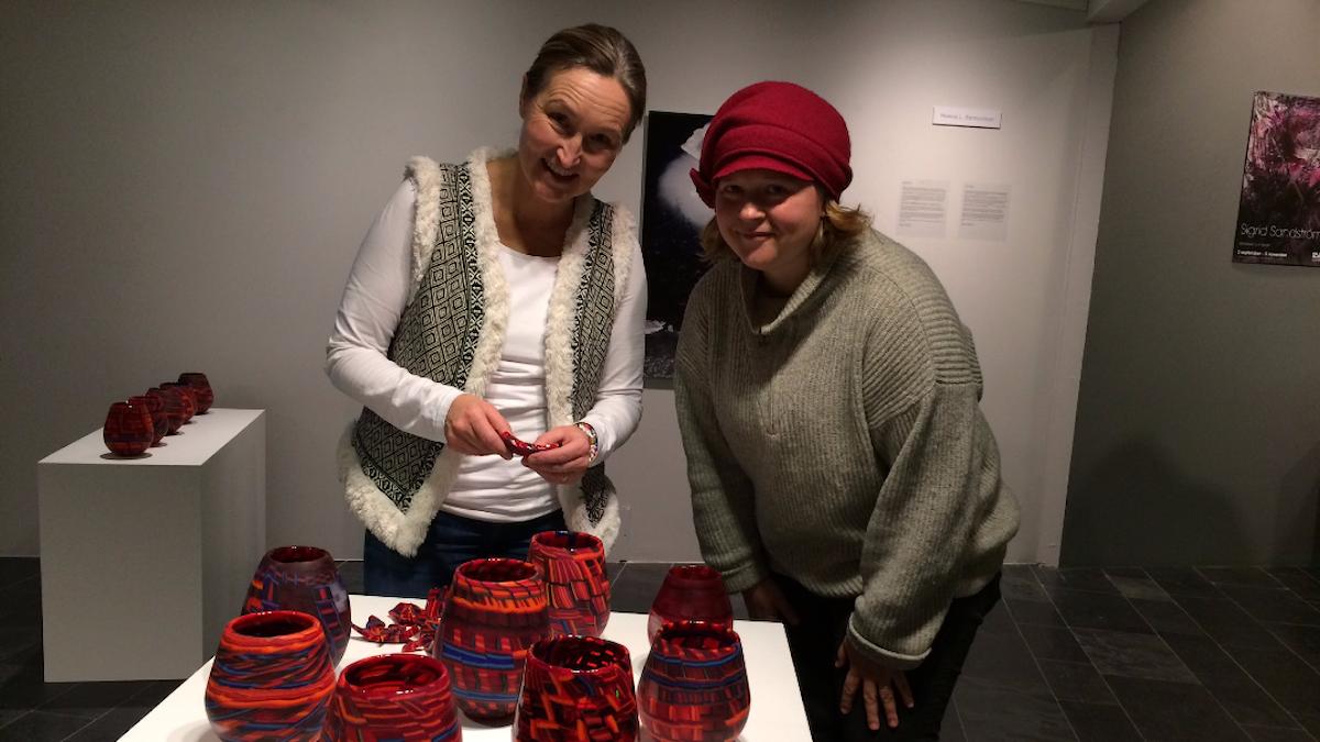 Monica L Edmonsson tillsammans med Josefin Strand som besökte vernissagen i konsthallen i Luleå.