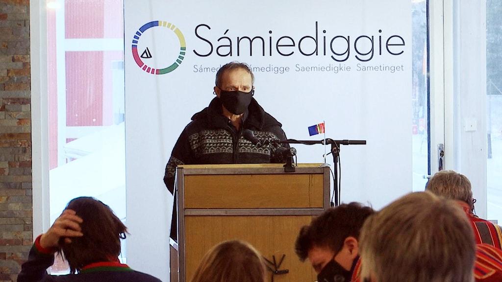Håkan Jonsson med munskydd i talarstolen under coronasäkrat plenum i Arvidsjaur, november 2020.