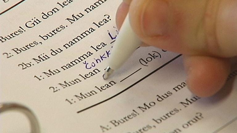 Skrivövning i samiskt läromedel. Foto: SVT Sápmi