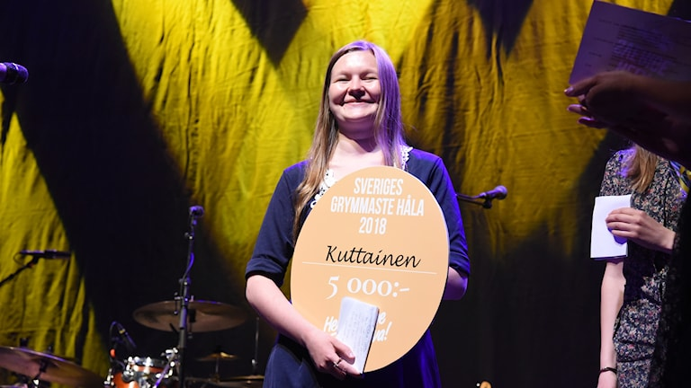 Linnea Kero från Kuttainen tar emot priset Sveriges grymmaste håla