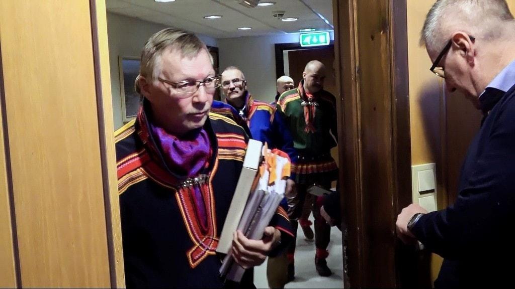 Per Anders Nutti, ordförande Saarivuoma sameby kliver in i rättssalen vid Senja tingsrätt, Finnsnes
