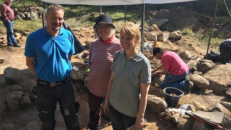 Arkelogerna Bo Ulfhielm, Ewa Ljungdal och Maria Björck vid sommarens utgrävningar.