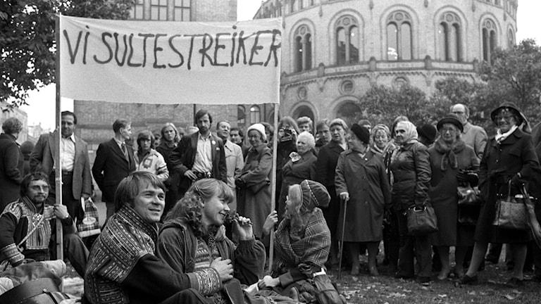 Demonstrasjonen mot utbygging av Alta-Kautokeino-vassdraget. Samer fra Masi sultestreiker utenfor Stortinget i protest mot utbyggingsplanene 9. oktober 1979.