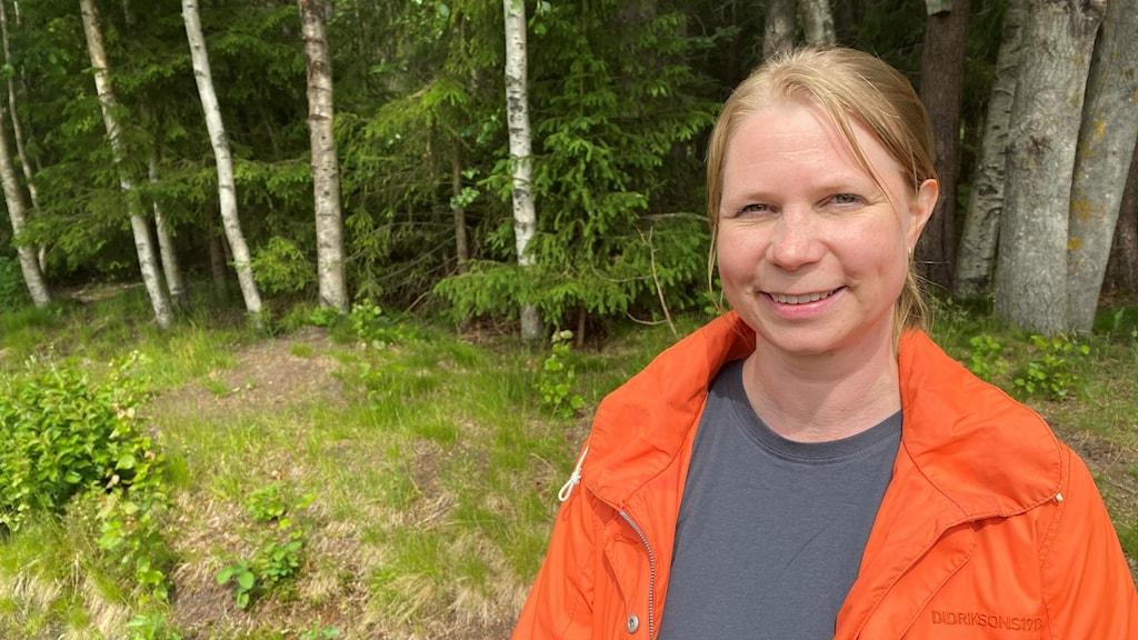 Anne-Maarit Hekkala. forskare på Sveriges lantbruksuniversitet i Umeå står i skogen.