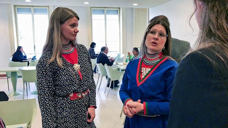 Sametingsledamoten Josefina Skerk och Samerådets president Åsa Larsson Blind under FN-förhöret i Geneve 2018.