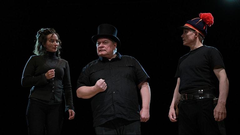 Ingá Márjá Sarre (Emilie Demant),  Egil Keskitalo (Hjalmar Lundbohm), Iŋgor Ántte Áilu Gaup (Johan Turi) Foto: Johan Mathis Gaup/Pressbild