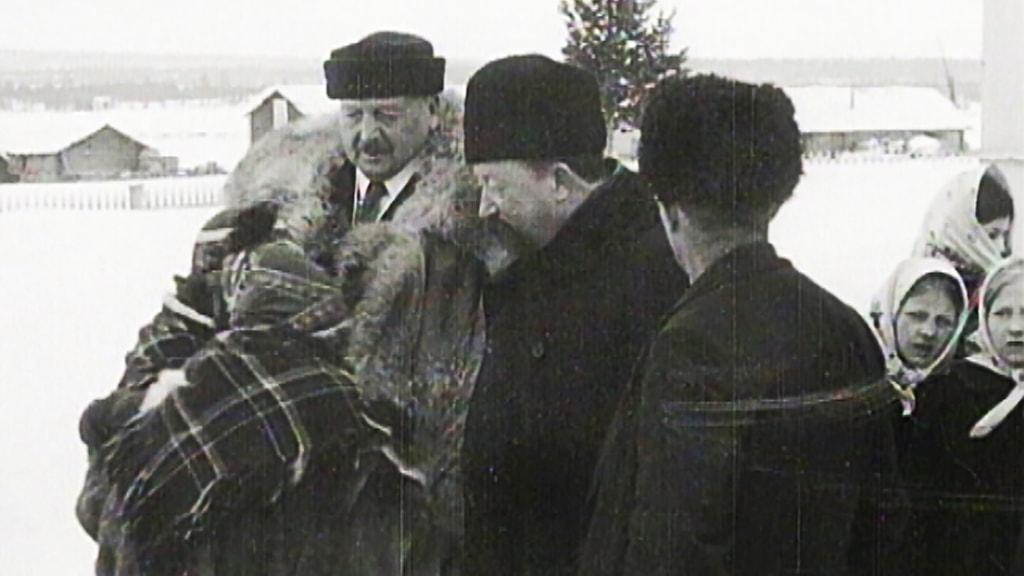 Hjalmar Lundbohm i mitten och konstnären Anders Zorn till vänster på Andersmäss i Vittangi 1914.
