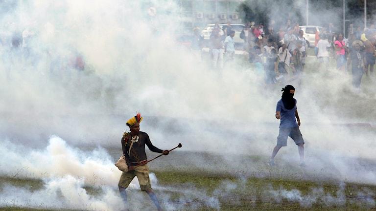 Urfolket i en stor demonstration vid kongressbyggnaden i Brasília.  Eraldo Peres/AP/TT