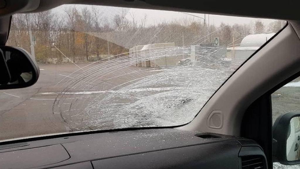 Bil från insidan med skadad framruta.