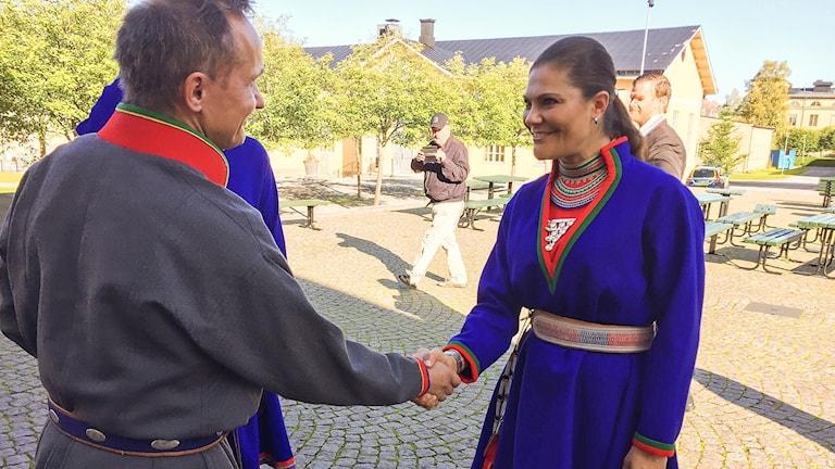Kronprinsessan Victoria hälsar på Sametingets tidigare styrelseordförande Håkan Jonsson. Foto David Rydenfalk, Sameradion & SVT Sápmi.