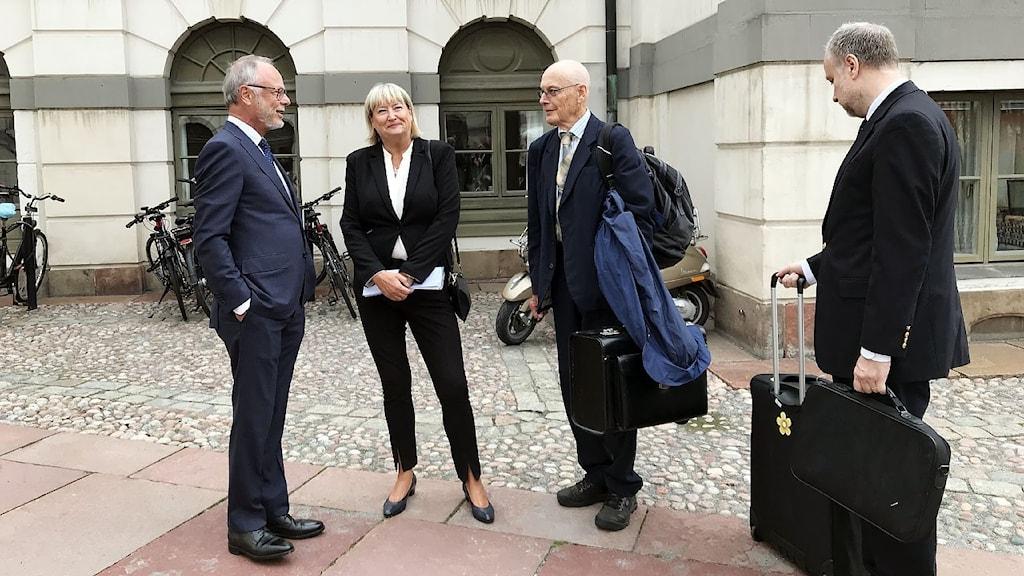 Girjas advokat Peter Danowsky (t.v) flankerad av JK Mari Heidenborg och statens advokater Hans Forssell och Jonas Löttiger.