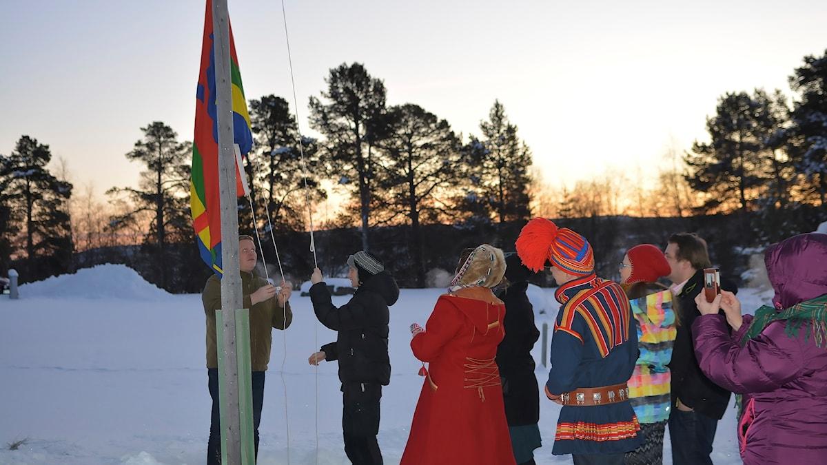 Flaggan på väg upp under den nya samiska flaggdagen 29 november, utanför norska Sametinget i Karasjok.