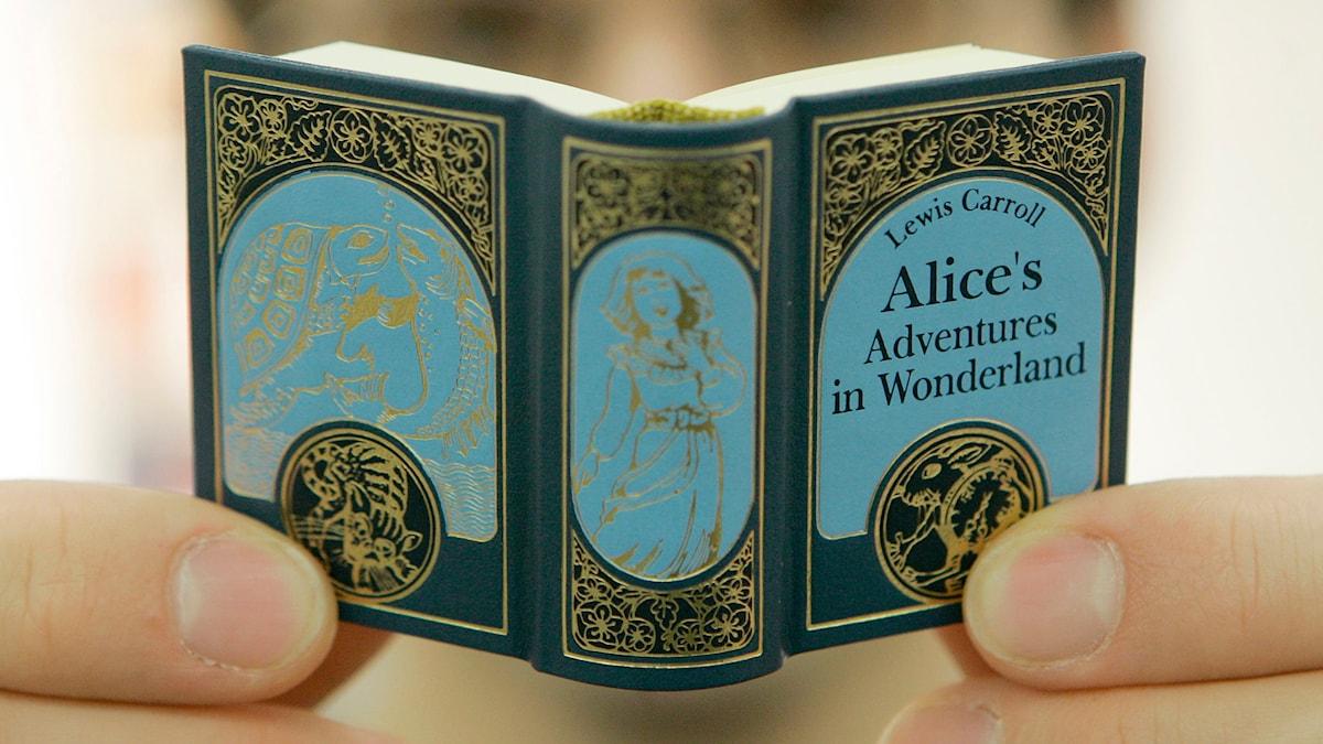 Boken om Alice i Underlandet i miniformat. Foto: Joerg Sarbach/TT.
