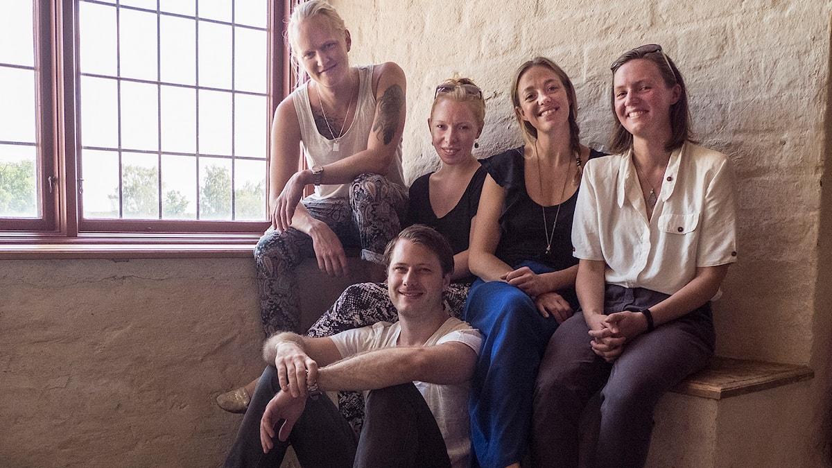 Bild på ensemblen vid årets föreställning från Vadstena: fr. v. Wiktor Sundqvist, Sibylle Glosted, Annie Fredriksson och Anna-Sara Åberg. Sittande: Nils Gustén.