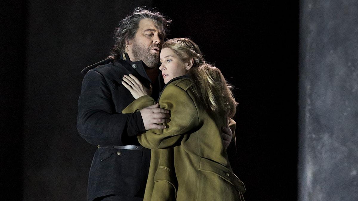 Kristian Bendikt som Otello och Malin Byström som Desdemona på Kungliga operan.