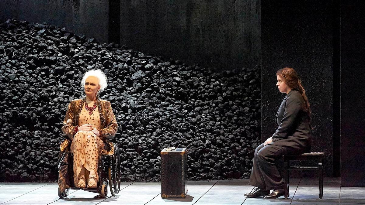 Anna Larsson som Klytaimnestra och Nina Stemme som Elektra i Elektra på Wiens statsopera. Foto: Wiener Staatsoper / Michael Pöhn