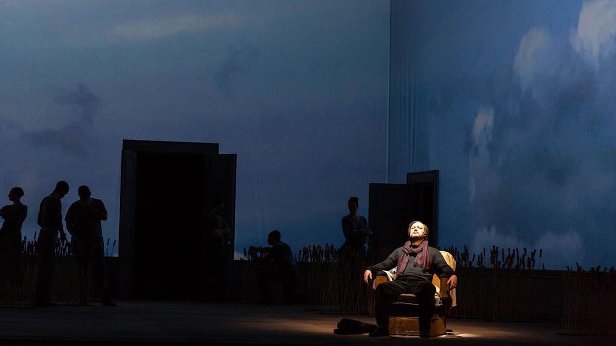 Vladislav Sulimsky som Eugen Onegin i öppningsscenen. Foto: Jan Wieslander/Sveriges Radio
