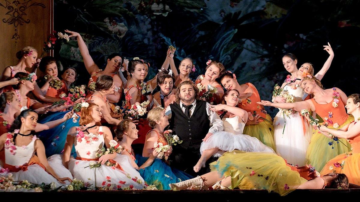 Michael Weinius som Parsifal omgiven av blomsterflickor.