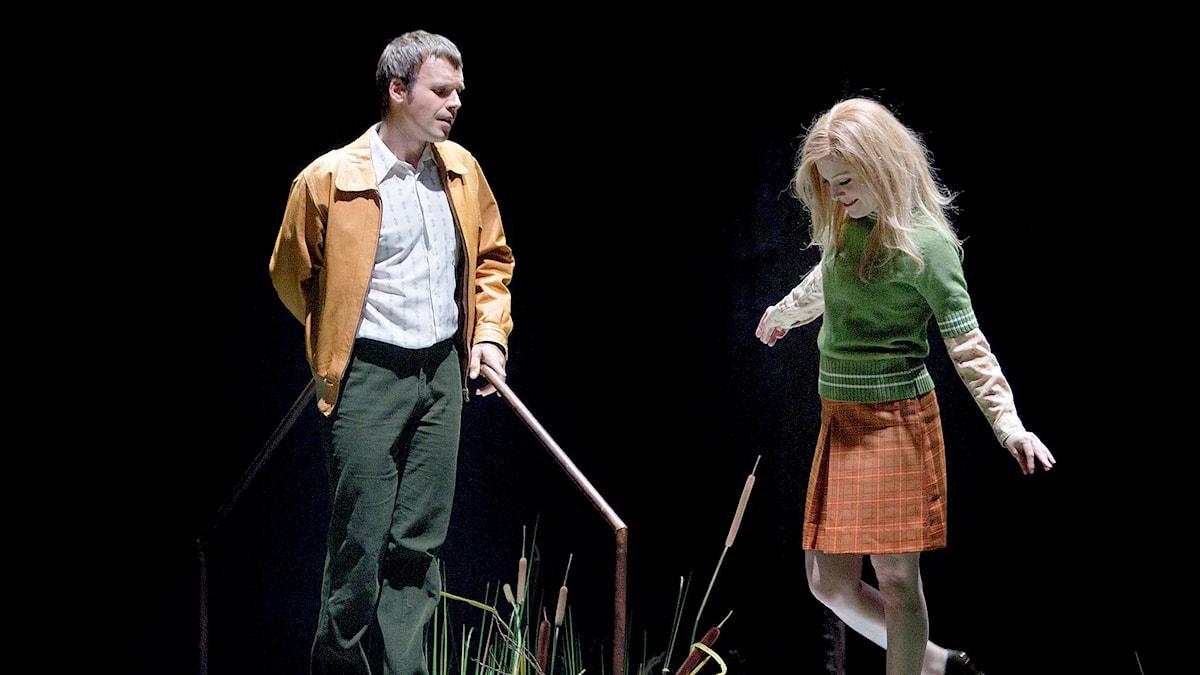 Marc Maullion som Pelléas och Jenny Daviet som Mélisande på Malmö opera.
