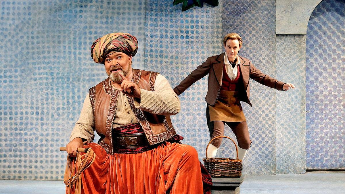 Brenton Ryan som Pedrillo och Hans-Peter König som Osmin in Mozarts Enleveringen ur Seraljen på Metropolitanoperan.