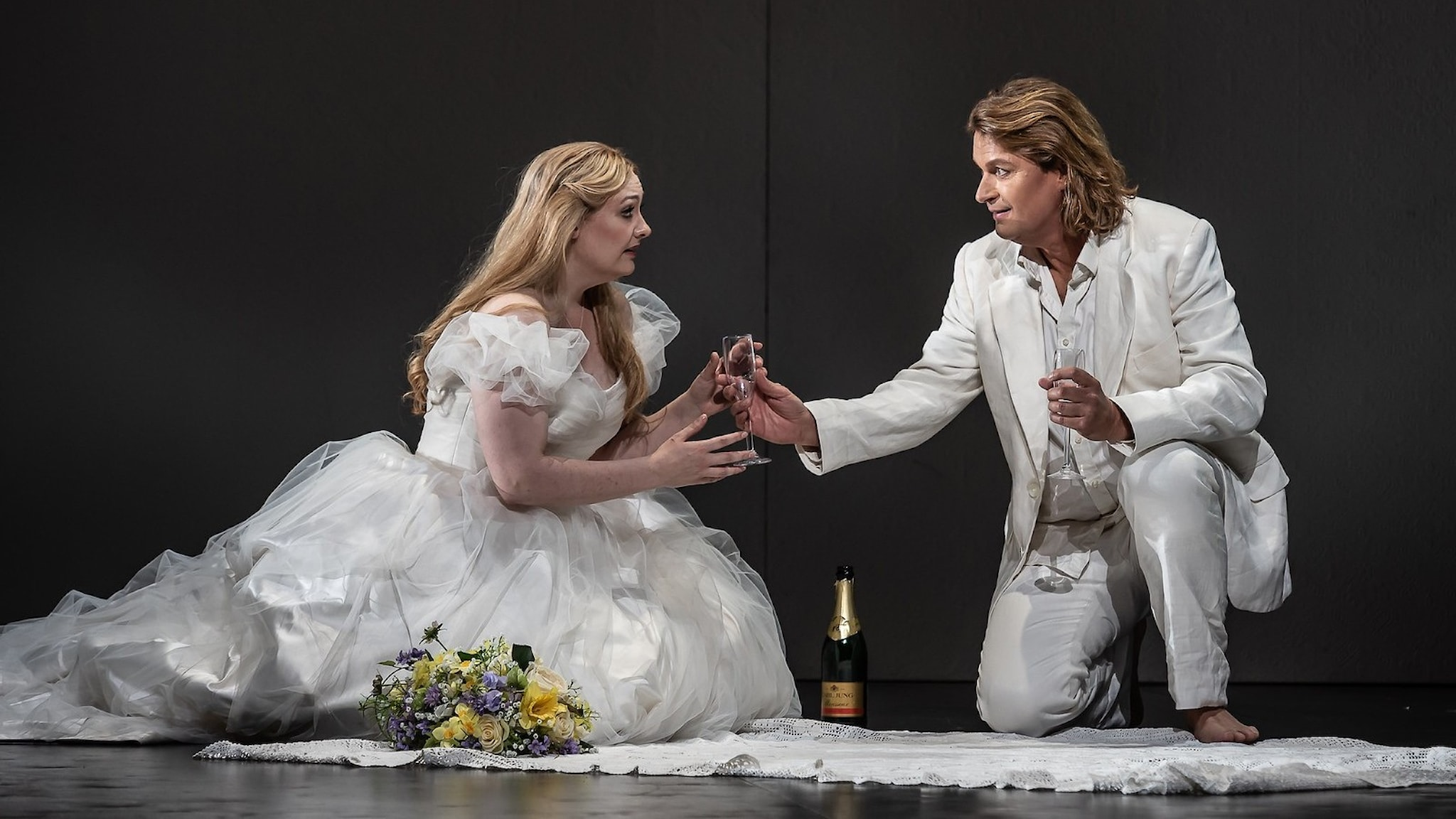 Jennifer Davis och Klaus Florian Vogt i rollerna som Elsa och Lohengrin. Foto: Clive Barda/ROH