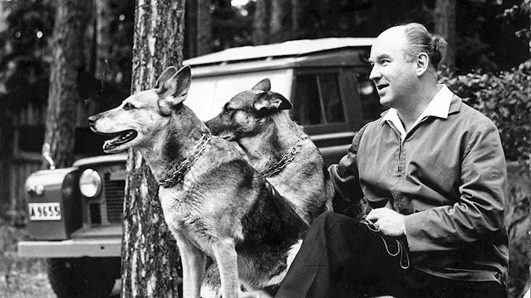 Karl Birger Blomdahl med sina älskade hundar