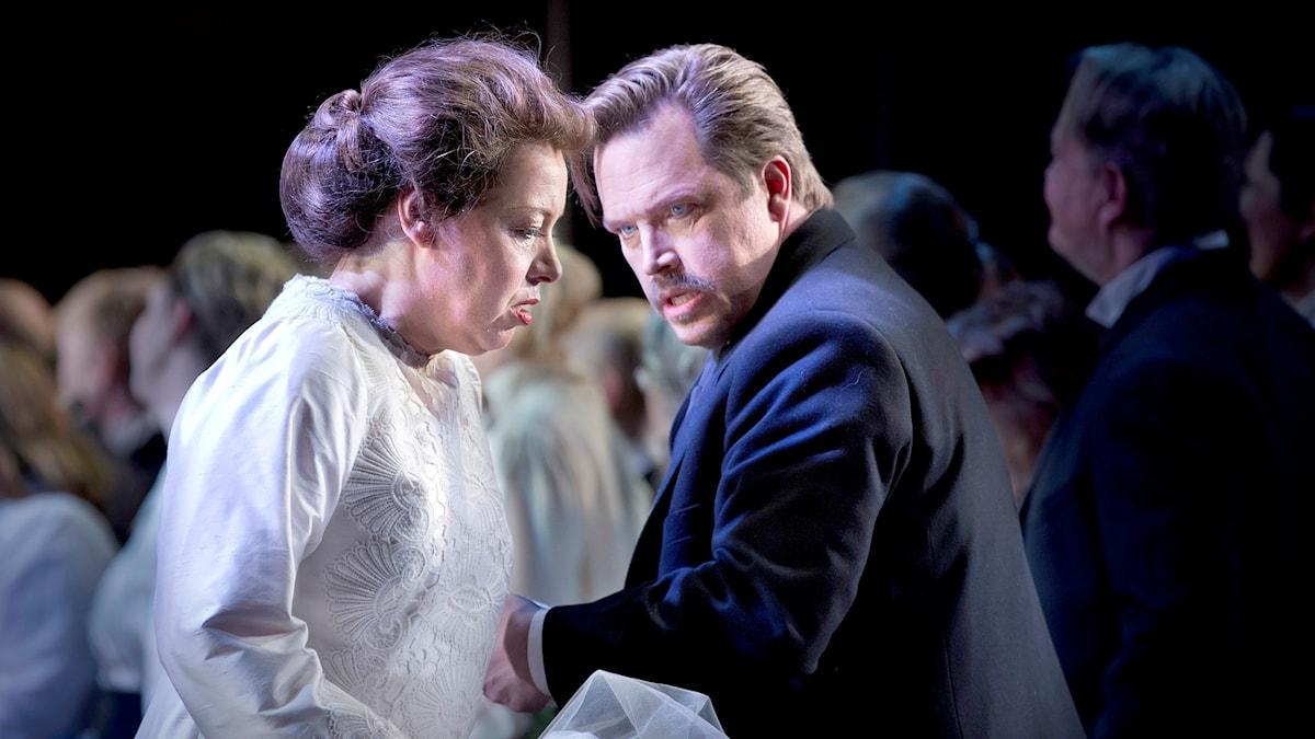 Nina Stemme som Brünnhilde och Ola Eliasson som Gunter i Kungliga operans Ragnarrök 2017.