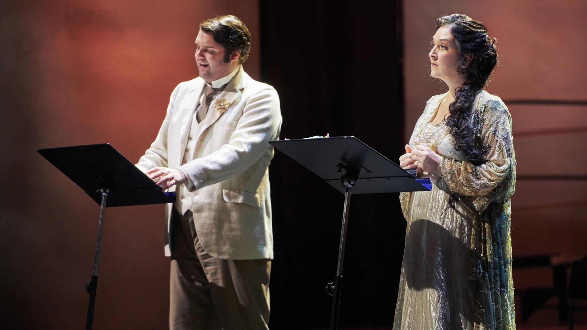 Markus Petterson och Katarina Karnéus tillsammans på scenen.
