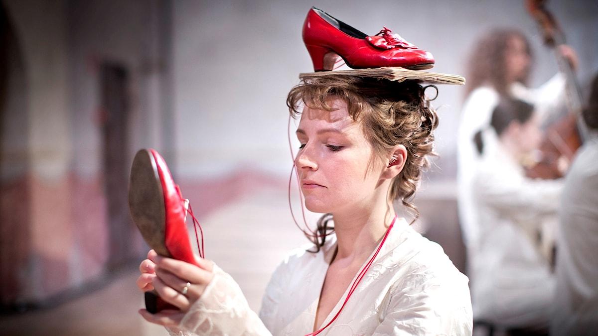 Bild på Saara Rauvala i rollen som Nina i operan Kär och galen på Vadstena-akademien 2016.