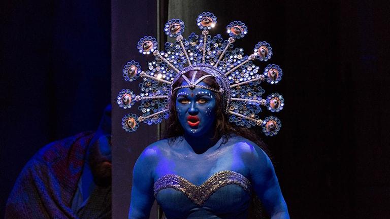 Brahminen Nilakantha tvingar Lakmé att sjunga (klockarian), för att locka fram Gérald