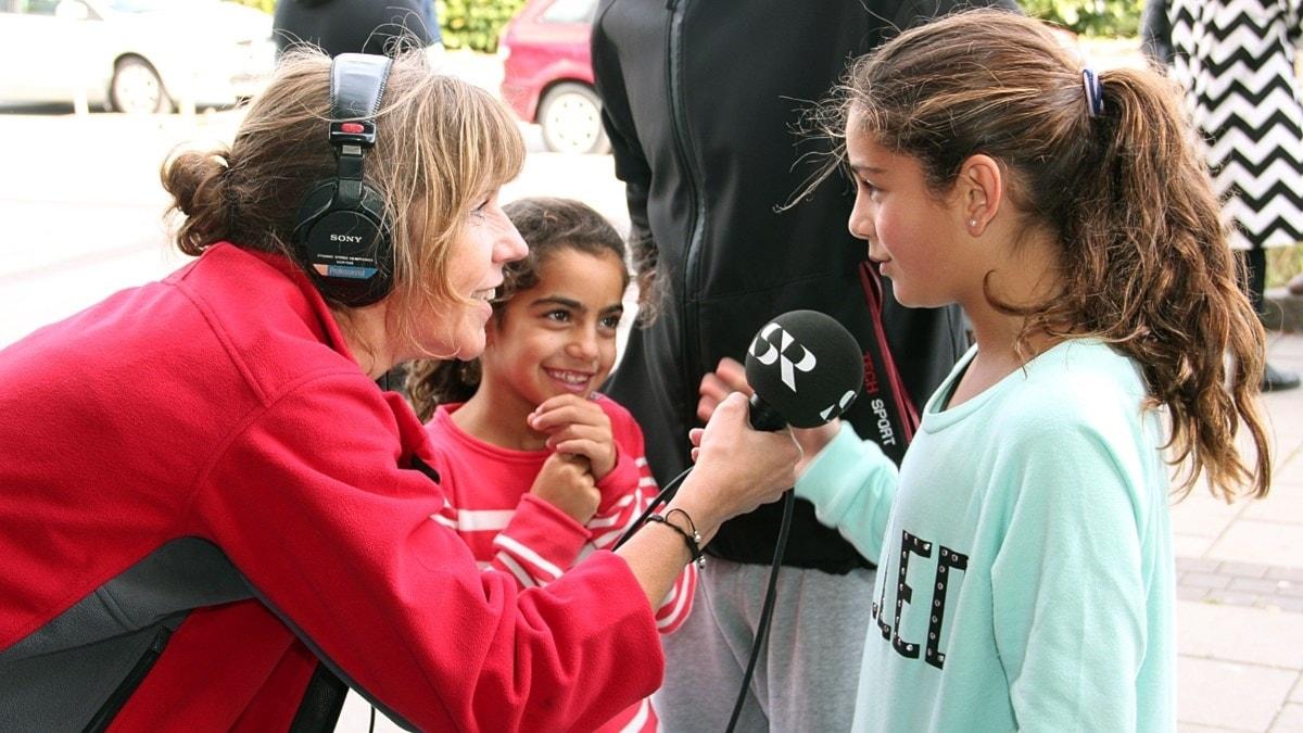 Anna Hanspers intervjuar unga flickor under utesändning från Koppargården i Landskrona 2013. Foto: Hans Zillén/Sveriges Radio.