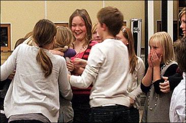 Glada miner efter att Forsheda skola vunnit den första kvartsfinalen över  Trälleborgsskolan från Värnamo. Foto: Henrik Gustavsson/SR)