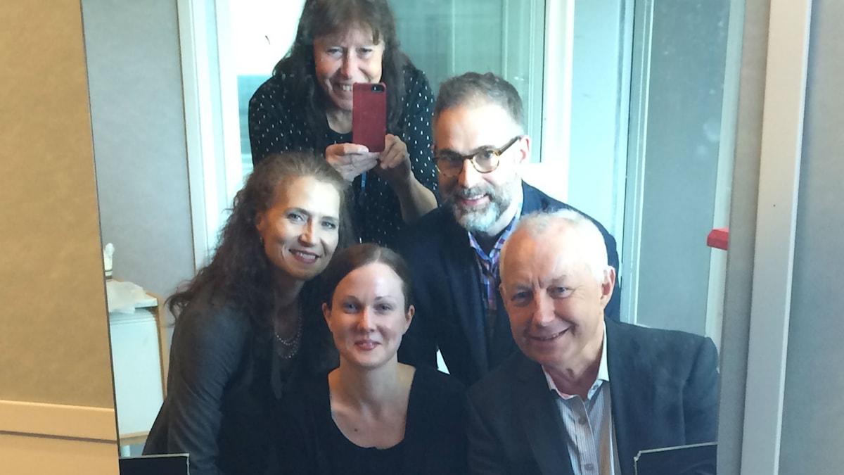 Vi speglar veckans panel, fr.v.:  Boel Adler, Johanna Paulsson, programledaren, Måns Tengnér