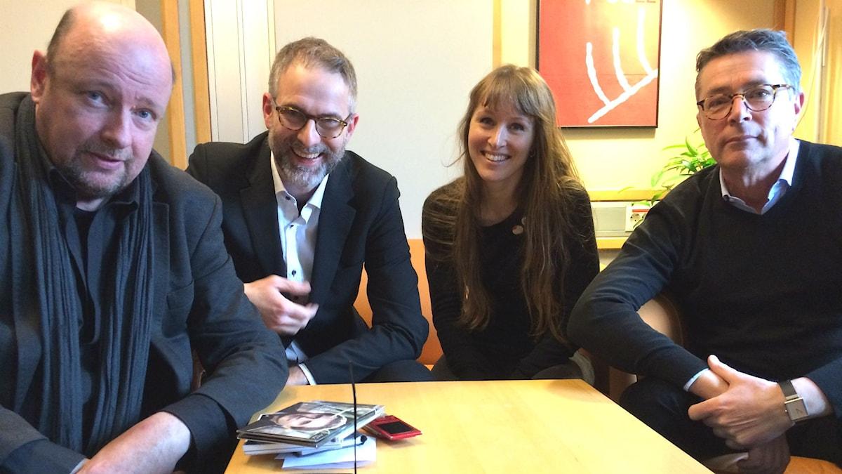 Veckans panel: fr v Magnus Lindman, programledaren, Aurélie Ferriere och Hanns Rodell