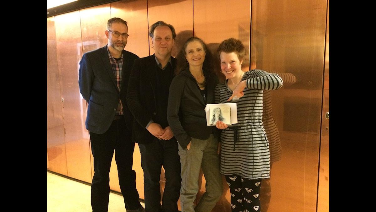 I panelen Boel Adler, Hanna Höglund och Tony Lundman som tillsammans med programledaren Johan Korssell betygsätter följande skivor: