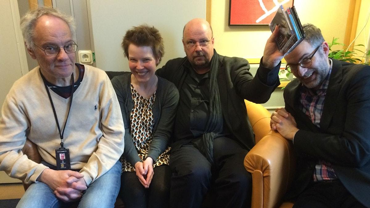 Veckans panel: Fr.v. Per Lindqvist, Hanna Höglund, Magnus Lindman och programledaren.
