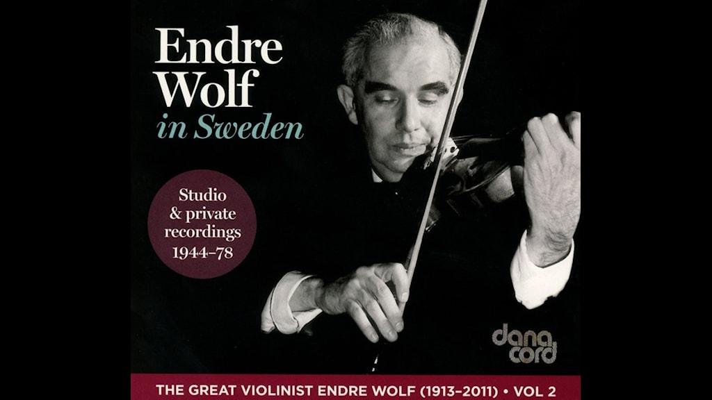 Johan väljer och spelar ur Endre Wolf-box