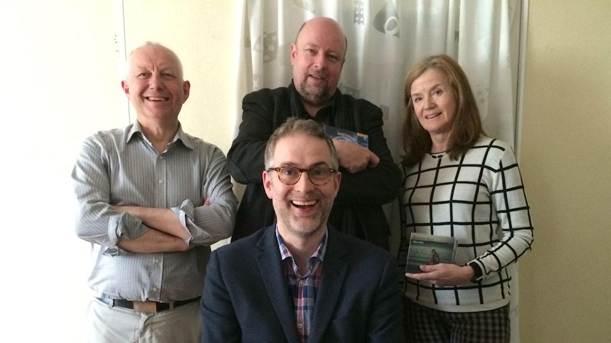 Veckans panel: fr.v: Måns Tengnér, Magnus Lindman och Camilla Lundberg. Programledaren i förgrunden.