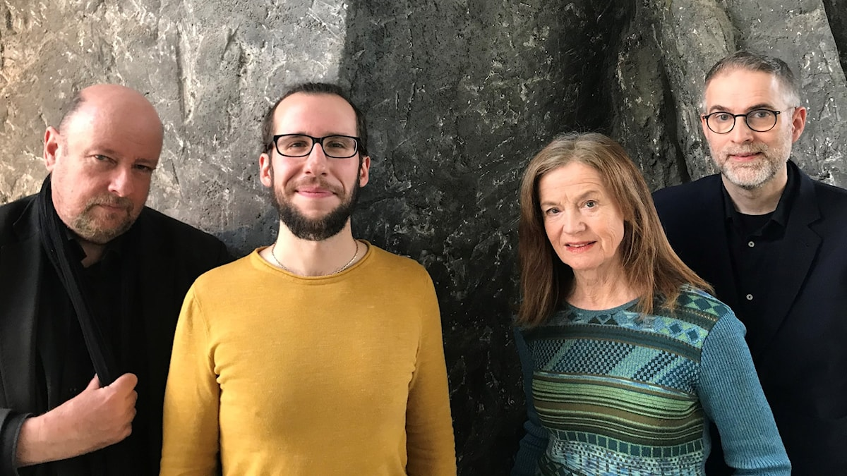 Säsongens första panel består av Magnus Lindman, dramaturg, David Saulesco, redaktör och Camilla Lundberg, musikjournalist. Musikrevyns programledare är Johan Korssell.